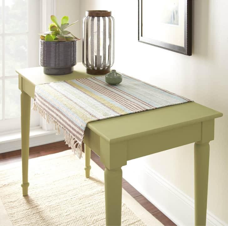 Mueble pintado en el color del año 2020