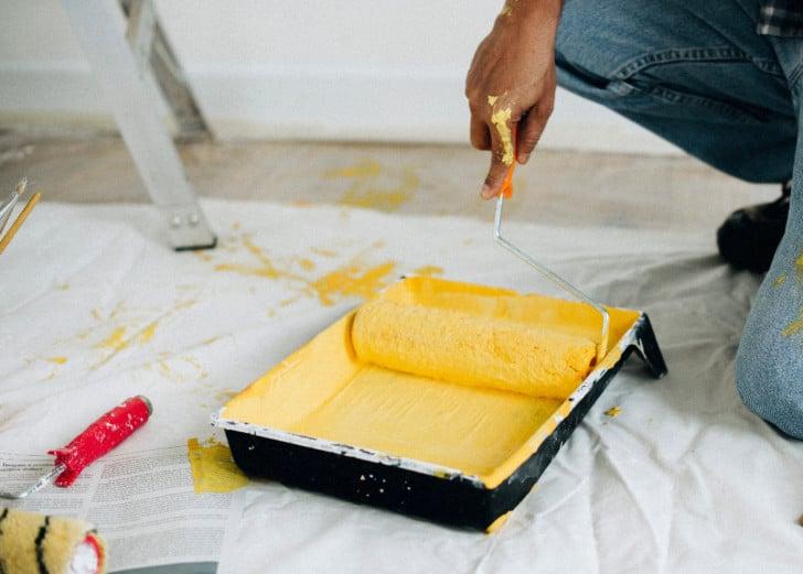 Pintura amarilla en la bandeja