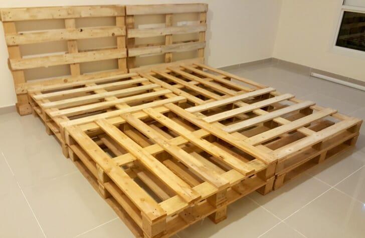 Cama grande de palets de madera