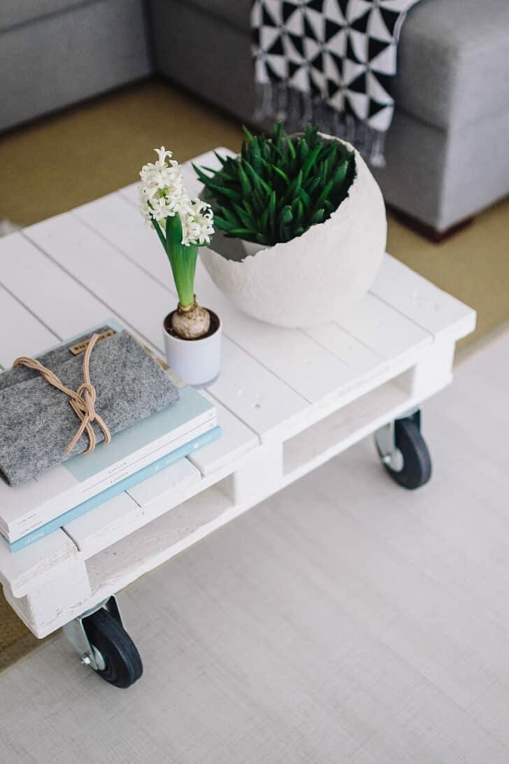 Mesa de centro blanca con ruedas