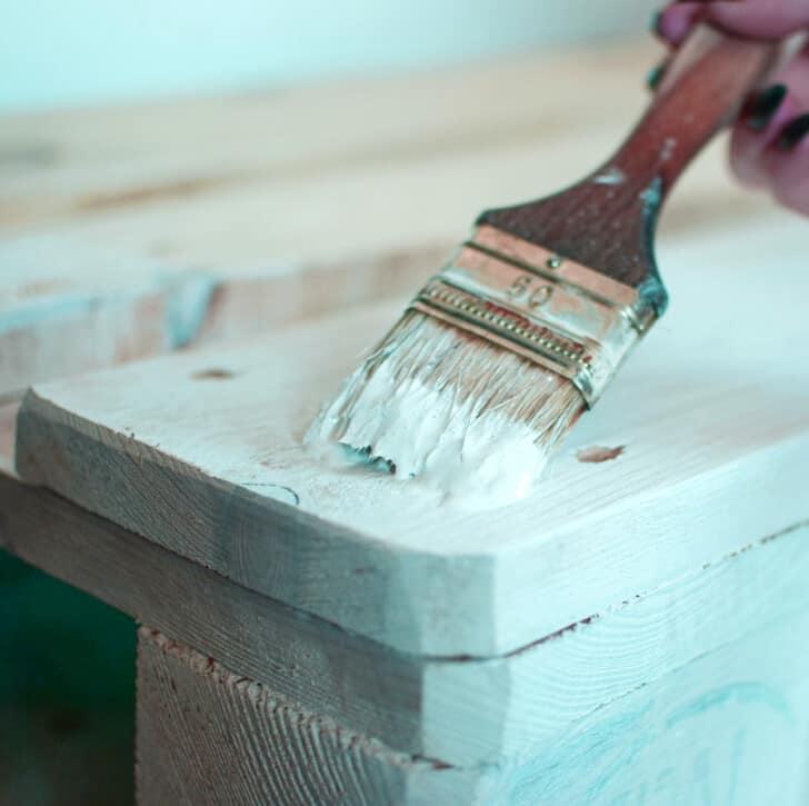 Pintar palets con brocha