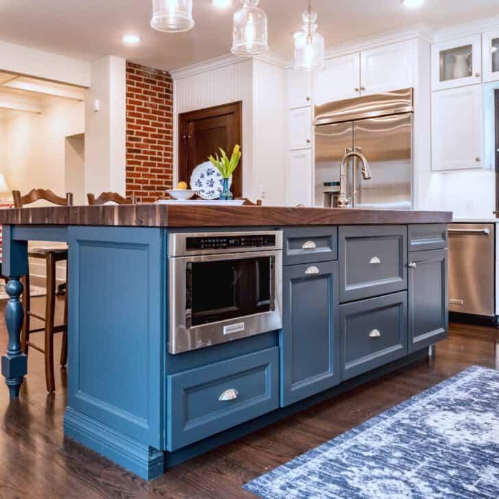 Isla de cocina pintada de color azul acero